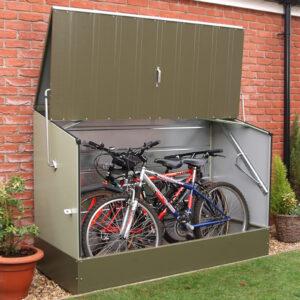 store per biciclette verde con muro in mattoni dietro